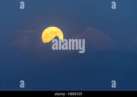 Patan, Nepal. 14 November , 2016. The supermoon rises above the Himalayas as seen from Patan (Kathmandu valley). - Stock Photo