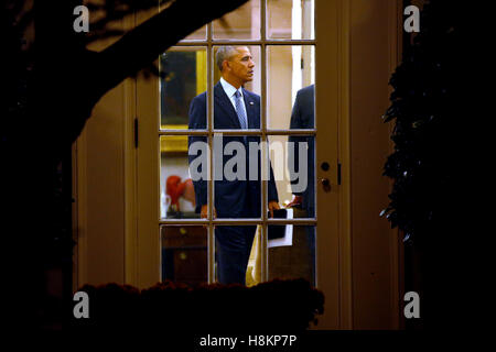 US President Barack Obama talks in the Oval Office prior to his departure aboard Marine One on the South Lawn of - Stock Photo