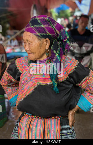 Elderly Flower Hmong woman at the Coc Ly market near Sa Pa, north Vietnam - Stock Photo