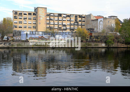 'Refugees Welcome' sign on the riverbank wall of the Spree in Friedrichshain, Berlin autumn 2014   KATHY DEWITT - Stock Photo