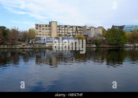 'Refugees Welcome' sign on the riverbank wall of the Spree in Friedrichshain, Berlin autumn 2016   KATHY DEWITT - Stock Photo