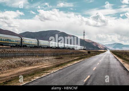 Qinghai-Tibet railway and highway, China - Stock Photo