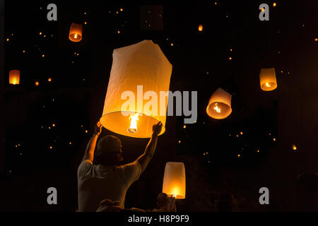 Loy Krathong Festival Balloon fire or yeepeng. Floating lantern on the Sky, flying lanterns, hot-air balloons in - Stock Photo