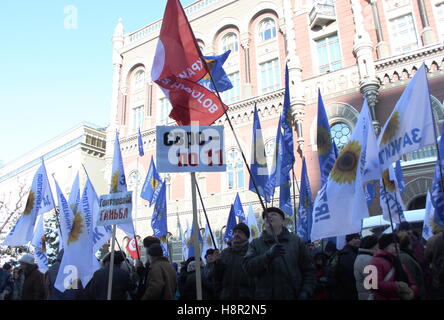 Kiev, Ukraine. 15th Nov, 2016. Bank customers and other demonstrators with flags of the Za Zhittya political party - Stock Photo