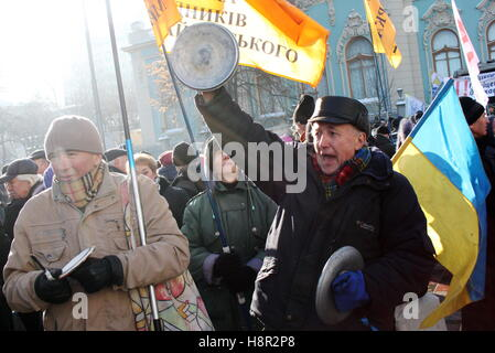 Kiev, Ukraine. 15th Nov, 2016. Demonstrators bank saucepan lids during a protest against the closure of several - Stock Photo