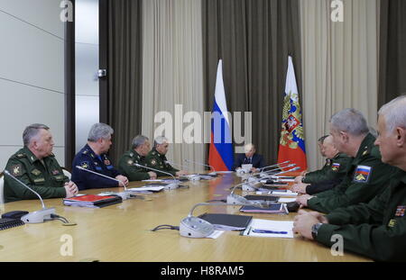 Sochi, Russia. 16th Nov, 2016. Russia's President Vladimir Putin (C back) holds a meeting with Russia's Defence - Stock Photo