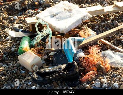 AJAXNETPHOTO. WORTHING, ENGLAND. - SEA JUNK - FLOTSAM WASHED ASHORE; PLASTIC BOTTLES, BITS OF POLYPROPELENE ROPE, - Stock Photo
