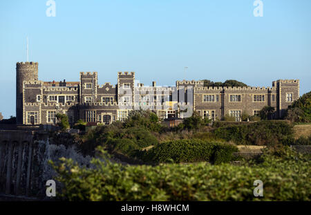 View of Kingsgate Castle on the cliff-top above Kingsgate Bay, Kent. - Stock Photo