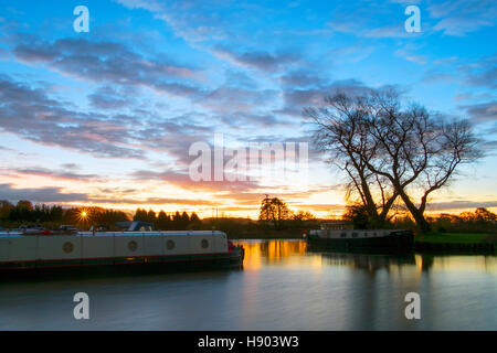 Rufford, Lancashire, UK. 17th Nov, 2016. UK weather. A beautiful dawn breaks over Rufford marina near Southport, - Stock Photo