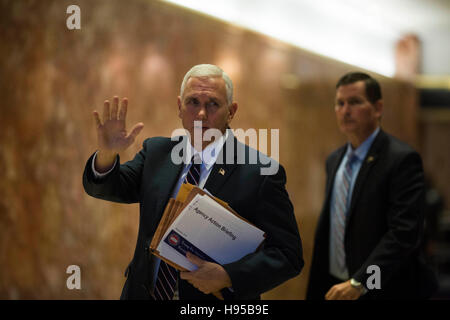 Manhattan, New York, USA. 18th Nov, 2016. United States Vice President-elect Mike Pence waves to members of the - Stock Photo
