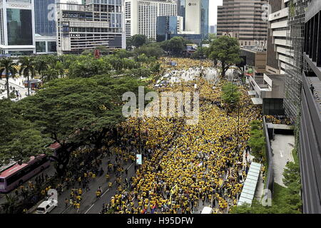 Kl, KL, Malaysia. 19th Nov, 2016. Supporters of the ''BERSIH'' (Clean) electoral reform coalition gather near KLCC - Stock Photo