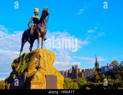 UK, Scotland, Edinburgh, Princes Street gardens, View of the Royal Scots Greys Monument. - Stock Photo