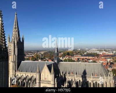 Hallen, grote Markt, gerechtsgebouw en Sint-Maartens Kathedraal Ieper vanuit de lucht - Stock Photo