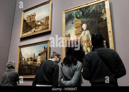 Visitors enjoy art at Vienna's Kunsthistoriches Museum - Stock Photo