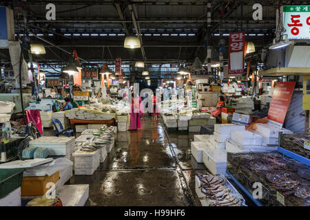 Noryangjin Fisheries Wholesale Market The 24 hour market has over 700 stalls selling fresh and dried seafood. - Stock Photo