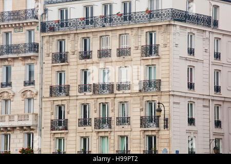 Typical parisian apartments on Ile Saint Louis. - Stock Photo