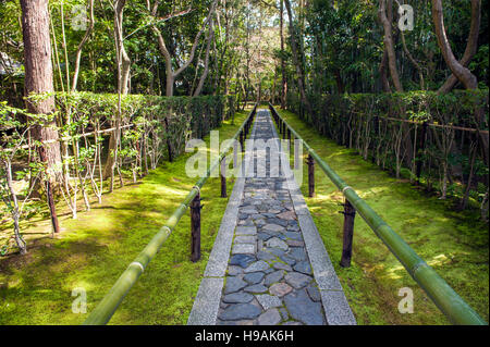 The entrance pathway at the Koto-in Zen Buddhist temple, a sub-temple of the Daitoku-ji temple complex in Kyoto. - Stock Photo