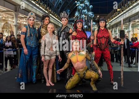 London, UK.  21 November 2016.  The cast of Cirque Du Soleil at the unveiling of this year's Christmas tree at St. - Stock Photo