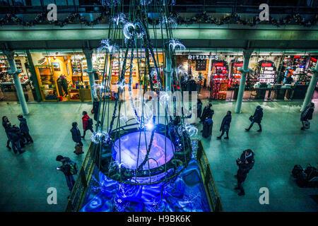 St Pancras International. London, UK 21 Nov 2016 -  BBC Radio 1 presenter  Sarah Cox unveils the Cirque du Soleil - Stock Photo
