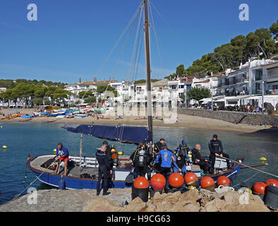 Divers getting into their boats ready to explore the seas off Tamariu, Spain, Catalonia, - Stock Photo