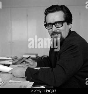 Deutscher Autor und Dramaturg Werner Klipper in Hamburg, Deutschland 1970er Jahre. German author and dramatic adviser - Stock Photo