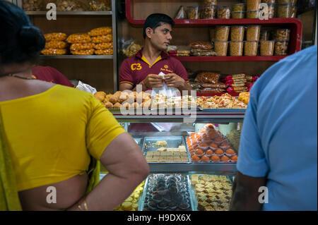 Shoppers buying sweets at Gupta Brothers in Kolkata. - Stock Photo