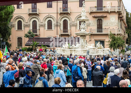 Crowds in Plaza Duomo after watching the Astrological Clock at midday, Messina, Sicily. - Stock Photo