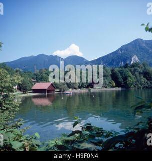 Oberbayern, 1980er. Landkreis Bad Tölz-Wolfratshausen. Blick zu den Bayerischen Voralpen und zum Walchensee, grösster - Stock Photo