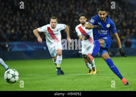 Leicester. 22nd Nov, 2016. Riyad Mahrez (R) of Leicester City scores during the UEFA Champions League Group G Match between Leicester City and Club Brugge at the King Power Stadium in Leicester, Britain on Nov. 22, 2016. Leicester City won 2-1. Credit:  Jon Buckle/Xinhua/Alamy Live News