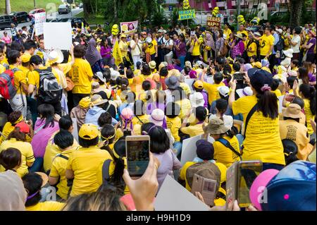 Kuala Lumpur, Malaysia. 23rd Nov, 2016. Hundreds of female protesters gather at Padang Merbok in Kuala Lumpur to - Stock Photo