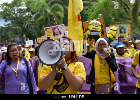 Kuala Lumpur, Malaysia. 23rd Nov, 2016. Hundreds of female protesters rally from Padang Merbok to Parliament in - Stock Photo