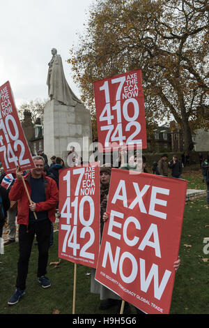 London, UK. 23rd November 2016. Hundreds of pro-Brexit supporters gather to demonstrate outside Houses of Parliament - Stock Photo