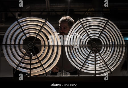 Dortmund, Germany. 24th Nov, 2016. Museum employee Sebastian Wehrstedt demonstrates an object that depicts flowing - Stock Photo
