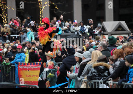 New York, USA. 24th Nov, 2016. People watch the 90th Macy's Thanksgiving Day Parade in Manhattan, New York, the United States, on Nov. 24, 2016. Credit:  Wang Ying/Xinhua/Alamy Live News Stock Photo
