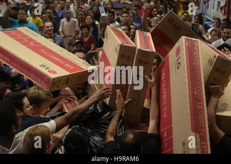 Sao Paulo, Brazil. 24th Nov, 2016. People buy products at a store in Sao Paulo, Brazil, Nov. 24, 2016. The store - Stock Photo