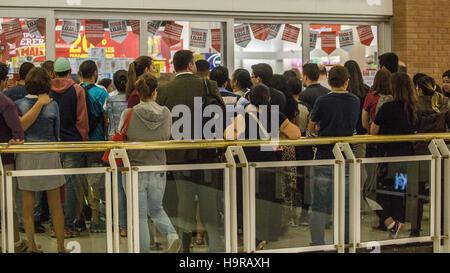 Sao Paulo, Brazil. 24th Nov, 2016. Some trades of Morumbi, south zone of Sao Paulo, opened its doors at midnight - Stock Photo