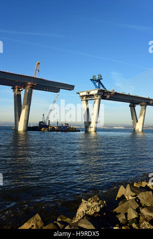 South Queensferry, Scotland, UK. 25th November, 2016. Work progresses on the last remaining gap in the bridge deck - Stock Photo