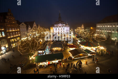 Lueneburg, Germany. 25th Nov, 2016. The Lueneburg Christmas market photographed from the city hall in Lueneburg, - Stock Photo