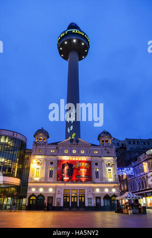 St. Johns Beacon in Williamson Square in Liverpool at night, home to Radio City and the Playhouse theatre below. - Stock Photo