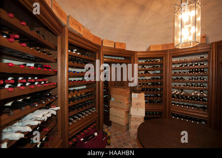 Deutschland, Nordrhein-Westfalen, Kreis Viersen, Nettetal, Schloss Krickenbeck, wine cellar - Stock Photo