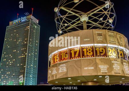 Urania-Weltzeituhr auf dem Alexanderplatz bei Nacht, Berlin, Deutschland | Urania-Weltzeituhr at Alexander Place - Stock Photo