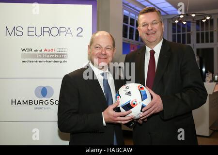 Mayor of Hamburg Olaf Scholz (l, SPD) and German Football Association (DFB) president Reinhard Grindel holding a - Stock Photo