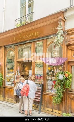 tourists in front of  au soixante , souvenir shop, ile saint-louis - Stock Photo
