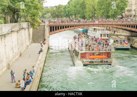 isabelle adjani, boat of bateaux parisiens fleet cruising on river seine - Stock Photo