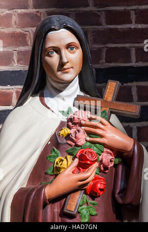 England, London, Wapping, St Peter's London Docks Anglican church, Statue of St. Therese - Stock Photo