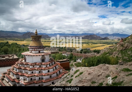 The Buddhist Kumbum chorten, Palkhor Monastery and the aerial view of the walled Gyantse town in the Tibet Autonomous - Stock Photo