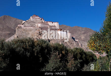 Gyantse Dzong or Gyantse Fortress is one of the best preserved dzongs in Tibet, perched high above the town of Gyantse. - Stock Photo