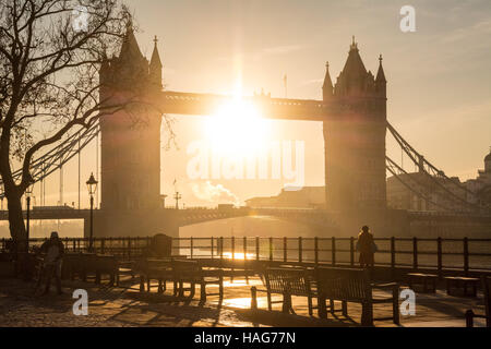 London, UK 30th November 2016. The sun rises behind Tower Bridge on a crisp morning as the cold snap continues. - Stock Photo