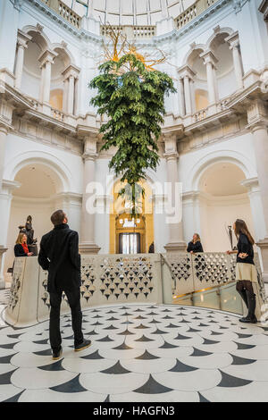 London, UK. 30th Nov, 2016. Tate Britain Christmas tree in the Rotunda by Shirazeh Houshiary. The installation marks - Stock Photo