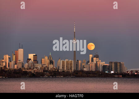 Red supermoon rising over Toronto skyline with pink and blue sky November 13 2016 - Stock Photo